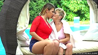 Aida Swinger ride pussy on grannies face
